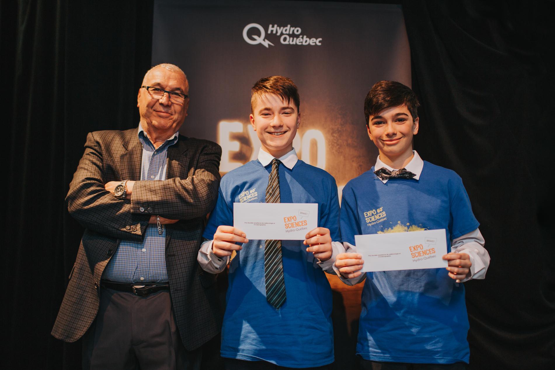 Olivier Maltais et Tristan Lalancette, lauréats de la finale 2020 de la Rive-Nord, accompagnés de Rabah Hammouche, trésorier de la SCMO-Montréal.
